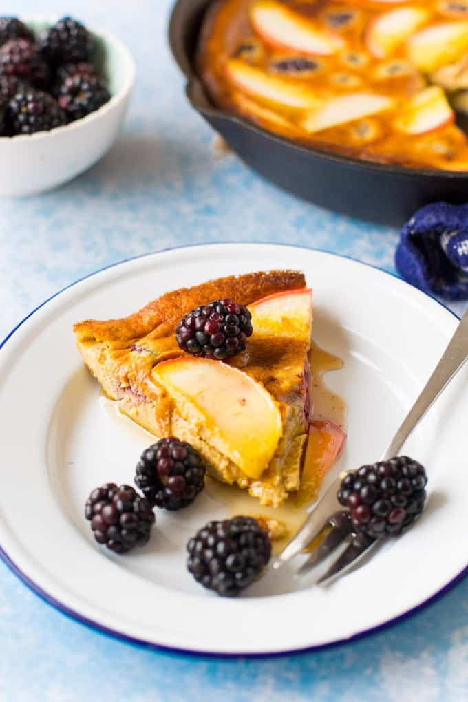 Blackberry & Apple Paleo Dutch Baby - a fast and easy puffed oven pancake made with fresh fruit for the perfect fuss free breakfast. |Grain free and dairy free