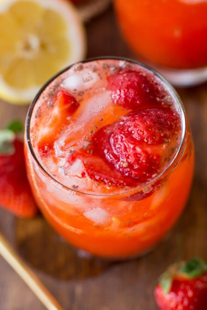 Super simple healthy Strawberry Lemonade with chia seeds - only 5 ingredients needed | Paleo + Vegan + Low FODMAP