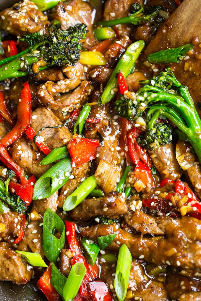 Paleo Beef Stir Fry with broccoli, red pepper and sesame seeds #paleo #glutenfree