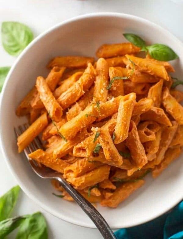 Creamy Cashew Tomato Pasta (vegan!) in a bowl